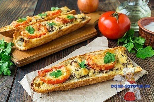 Пицца на багете с помидорами и сыром моцарелла