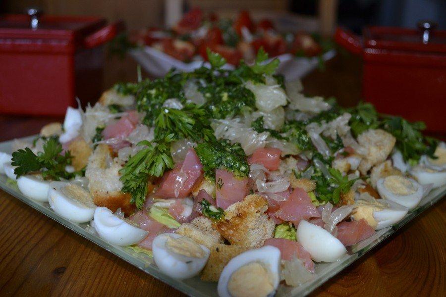 салат с форелью и яйцом