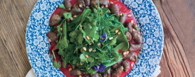 Тёплый салат из куриных сердечек с щавелем и малиной