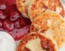 Сырники со сметаной — классический рецепт с клубничным джемом