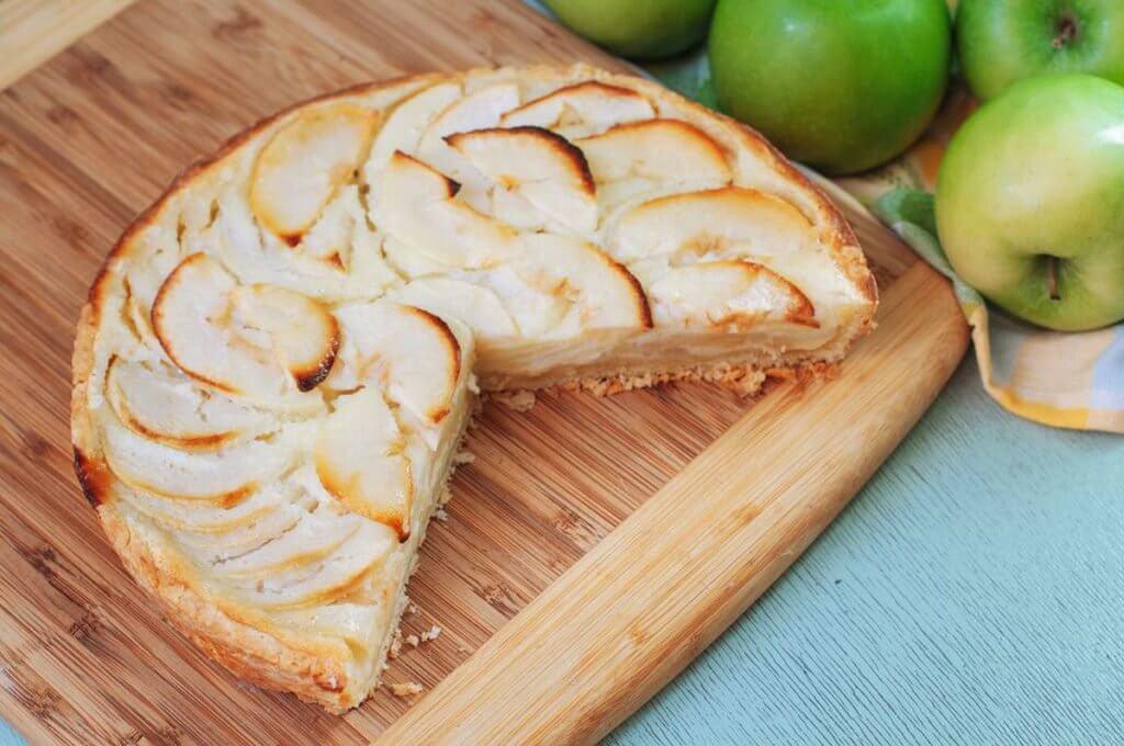 Вкусный яблочный пирог с заливкой из сметаны