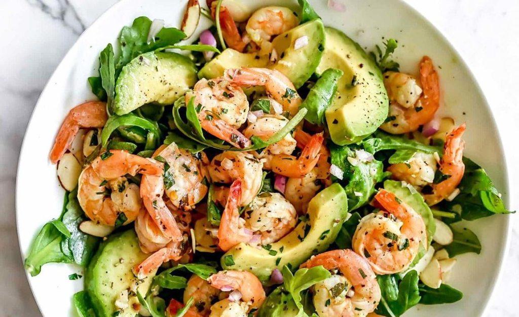 салат с креветками и авокадо 1
