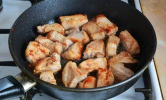 Тушеная свинина с клюквой на сковороде
